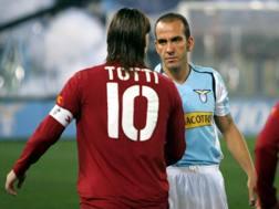 Derby Lazio-Roma 2005, stretta di mano tra Totti e Di Canio .