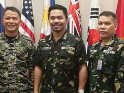 Al centro il colonnello Manny Pacquiao