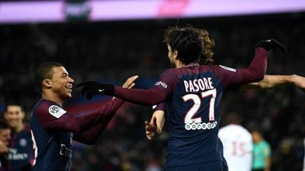 Mbappé si congratula con Pastore. Afp