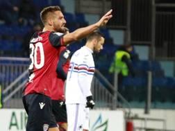 Leonardo Pavoletti, autore del 2-2: alle sue spalle Fabio Quagliarella, che ha firmato una doppietta. Ansa
