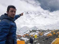 Jornet indica l'Everest dietro le nuvole