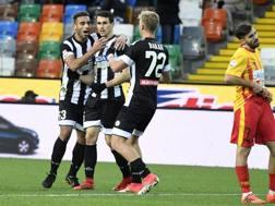Ali Adnan e barak abbracciano Lasagna dopo il suo gol al Benevento.