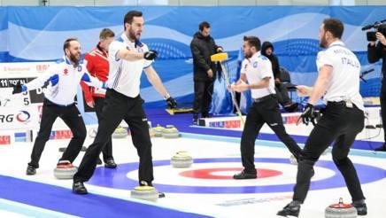 I ragazzi del curling azzurro festeggiano a Plzen