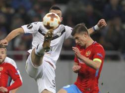 Florin Tanase (a destra) contrasta Vladimir Golemic del Lugano nell'ultima gara della fase a gironi di Europa League Ap