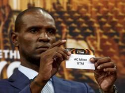 Eric Abidal mostra il foglietto con il nome del Milan. Epa