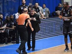 Alessandro Ramagli discute con un arbitro. CIAMILLO
