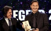 Frncesco Totti premiato da Urbano Cairo. Bozzani
