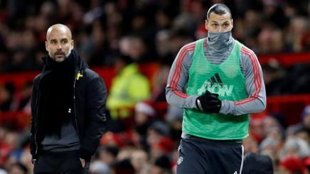 Pep Guardiola e Zlatan Ibrahimovic durante il derby di Manchester.