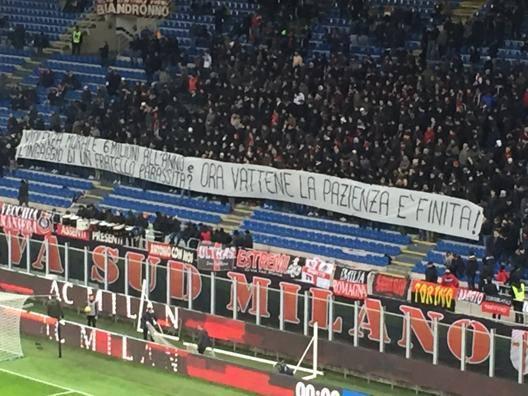 Lo striscione contro Donnarumma, esposto dalla Curva Sud del Milan