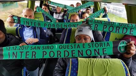 I tifosi del Pordenone verso San Siro. Ansa