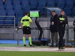 Giacomelli guarda lo schermo durante Lazio-Torino. LaPresse