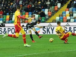 Il gol di Kevin Lasagna contro il Benevento. Ansa