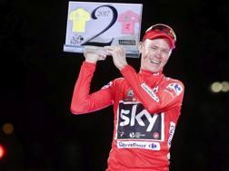 Chris Froome,  il 10 settembre sul podio di Madrid, con il trofeo che commemora la storica doppietta con il Tour (Bettini)