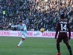 La splendida punizione con cui Viviani sigla il gol del momentaneo 2-1. Getty