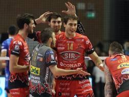 L'esultanza dei giocatoridi Perugia dopo la vittoria a Ravenna: sono campioni d'inverno ZANI