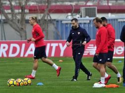 Enzo Maresca, vice allenatore del Siviglia, ha diretto questa mattina il primo allenamento in attesa di Montella. Fonte: Twitter
