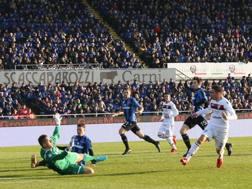 Il gol del raddoppio firmato a Bergamo da Padoin. LaPresse