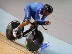 Marco Coledan durante l'inseguimento individuale ai Mondiali 2015: il trevigiano è alto 1.90 e pesa 83 chili. Bettini