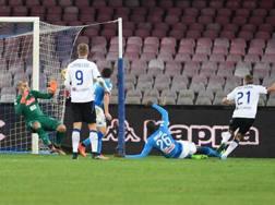 Il gol di Castagne, che ha sbloccato la sfida del San Paolo Ansa
