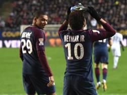 Neymar esulta mettendosi la scarpetta destra in testa dopo aver segnato su rigore.