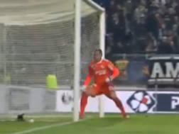 Il gol di Rabiot (Psg): la palla oltrepassa la linea di porta ma il sistema di Goal line technology non lo segnala