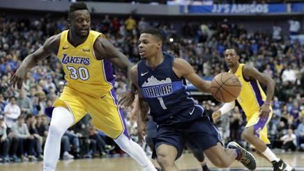 Randle, sx, autore di 23 punti per i Lakers. Ap