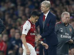 Arsene Wenger, tecnico dell'Arsenal, e Alexis Sanchez. Afp