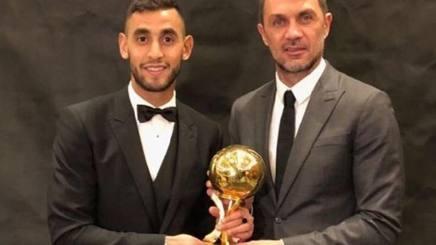 Faouzi Ghoulam premiato col pallone d'oro algerino da Maldini.