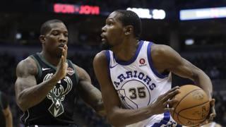 Kevin Durant  (a dx) contro  Eric Bledsoe. Ap