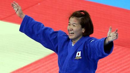 Ryoko Tamura , 42 anni, esulta per la medaglia d'oro ad Atene 2004. Afp