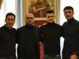 Vitalie Damascan (secondo da destra) con alla sua destra il d.s. Petrachi