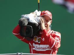 Vettel con la telecamera sul podio di Monza 2017. Ap