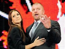 Stephanie McMahon, 41 anni, accanto al marito Triple H