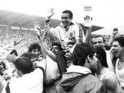 Osvaldo Bagnoli festeggia lo scudetto del 1985. Ansa