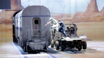 """Una delle scene più note della saga di """"Fast & Furious"""", quella della rapina al camion in corsa, riprodotta dal vivo dagli stuntman nello spettacolo (Getty)"""