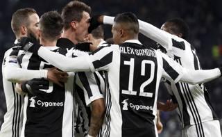 La Juve festeggia il gol di Douglas Costa. LaPresse