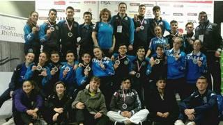 La Nazionale  giovanile in posa al termine della competizione internazionale che ha coronato l'Italia al primo posto nel medagliere