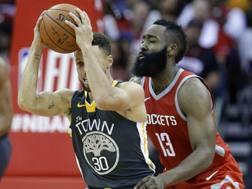 Steph Curry e James Harden nella sfida di sabato tra Warriors e Rockets. Ap