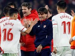 Il Siviglia e Montella festeggiano la vittoria. Epa
