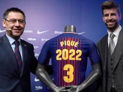 Il presidente del Barcellona  Bartomeu, 54 anni, con  Gerard Piqué, 30 anni. Afp