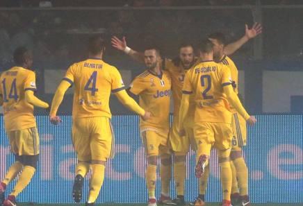 Higuain festeggia coi compagni dopo l'1-0. LaPresse