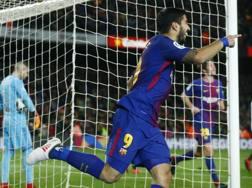 Luis Suarez festeggia il gol del vantaggio. Ap