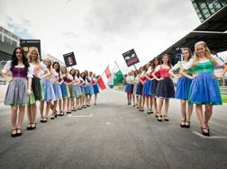 Lauda approva le grid girls vestite col tipico dirndl austriaco