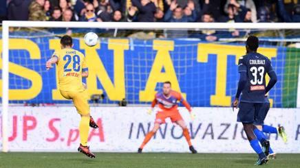 Il momento del tiro con cui Ciano ha aperto le marcature nella vittoria per 3-0 contro il Pescara. Lapresse