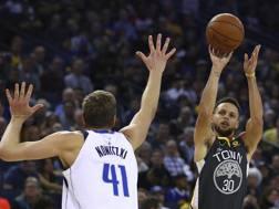 Nowitzki difende su Curry. Ap