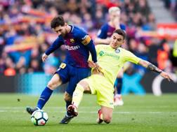 Arambarri in tackle su Messi. Getty Images