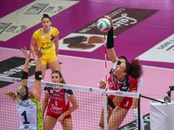 Un attacco di Valentina Diouf nella vittoria di Busto contro Firenze GARAVAGLIA