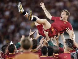 28 maggio 2017: all'Olimpico i compagni della Roma portano in trionfo Francesco Totti per la sua ultima partita.