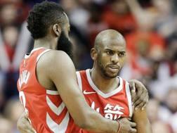 Chris Paul (a destra) e James Harden, coppia d'oro degli Houston Rockets. Ap