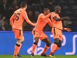 Sadio Mané festeggiato dai compagni: ha segnato una tripletta al Porto. Afp